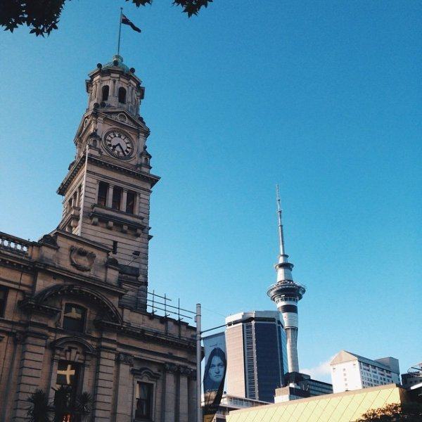Auckland Town Hall and the Sky Tower in the city centre. Image: @sideinsight