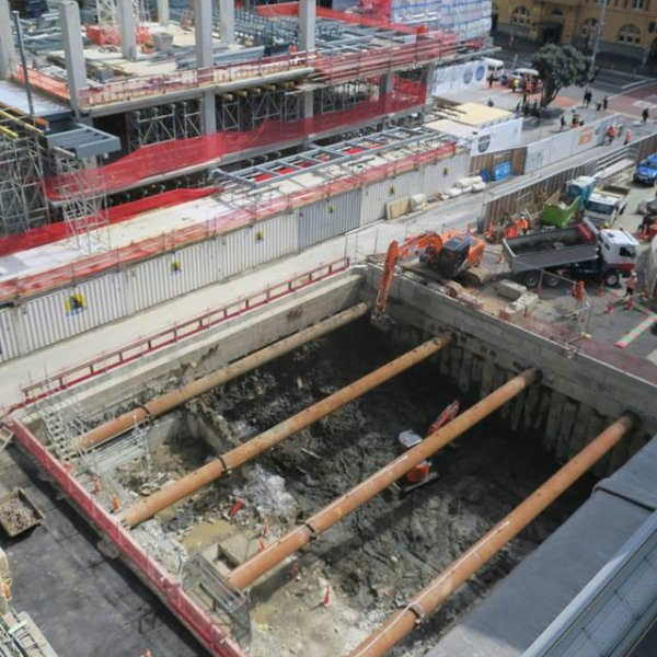 Lower Queen Street trench September 2018, with Commercial Bay and Ferry building in background. Image: cityraillink.co.nz